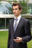 портрет молодой предприниматель уверен кавказской с мобильных телефонов — Стоковое фото