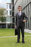 портрет молодой бизнесмен уверен кавказский открытый сцены — Стоковое фото