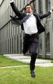 счастливые молодые кавказской бизнесмен прыжки — Стоковое фото
