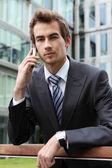портрет молодой бизнесмен уверен кавказской, говорить на сотовый телефон — Стоковое фото