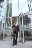 молодой кавказской бизнесмен в офис наружных говорить на сотовый телефон — Стоковое фото
