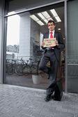 молодой кавказской бизнесмен в офисе экстерьер — Стоковое фото
