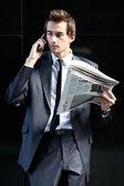 молодой предприниматель кавказской стоял против стены и чтения — Стоковое фото
