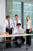 Obchodní tým pracující v kanceláři — Stock fotografie
