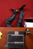 オフィスで横になっている実業家 — ストック写真