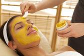 Zbliżenie: młoda kobieta o twarzy maski w salonie piękności — Zdjęcie stockowe