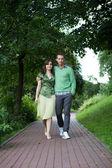 Casal jovem caminhando no parque — Foto Stock