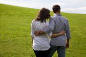 Vue arrière des commandes de jeune couple dans le parc — Photo
