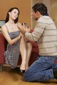 Joven pareja discutiendo en habitación de hotel — Foto de Stock