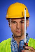 Ritratto di architetto nella misura di nastro di tenuta elmetto protettivo — Foto Stock