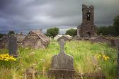 Irländska kyrkogård kyrkogård mörka moln — Stockfoto