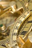 Antieke kompas met zonnewijzer. — Stockfoto