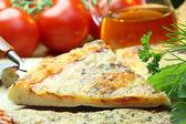 Pizza och grönsaker. — Stockfoto