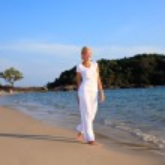 Woman taking a walk on the beach — Stock Photo