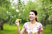 Soffiando bolle donna — Foto Stock