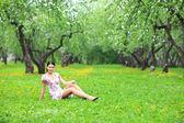 Mooie vrouw ontspannen in bos. — Stockfoto