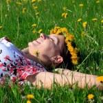 krásná dívka vleže trávy — Stock fotografie