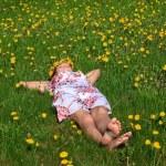 vacker flicka liggande i gräset — Stockfoto