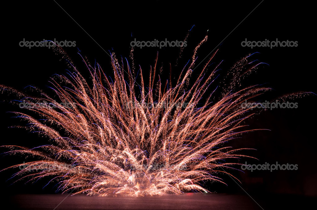 Explode fireworks on the water — Stock Photo #2702910