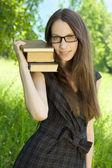 Menina feliz jovem estudante com livros no parque — Foto Stock
