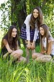 Trzy dziewczyny piękną studentkę z książek w parku — Zdjęcie stockowe