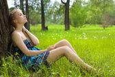 Piękna dziewczyna w niebieskim stroju na łące — Zdjęcie stockowe