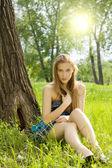 在草地上的漂亮年轻女孩 — 图库照片