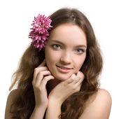 Ritratto di closeup bellezza donna con fiore isolato su bianco — Foto Stock