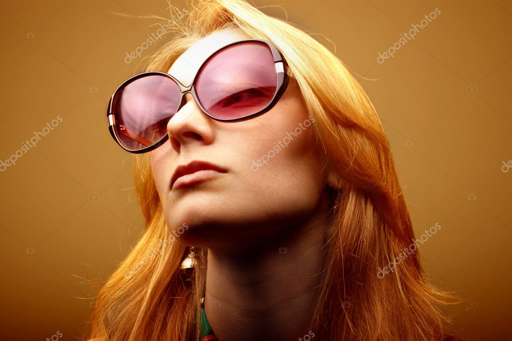 Beautiful woman wearing sunglasses — Stok fotoğraf #3195948