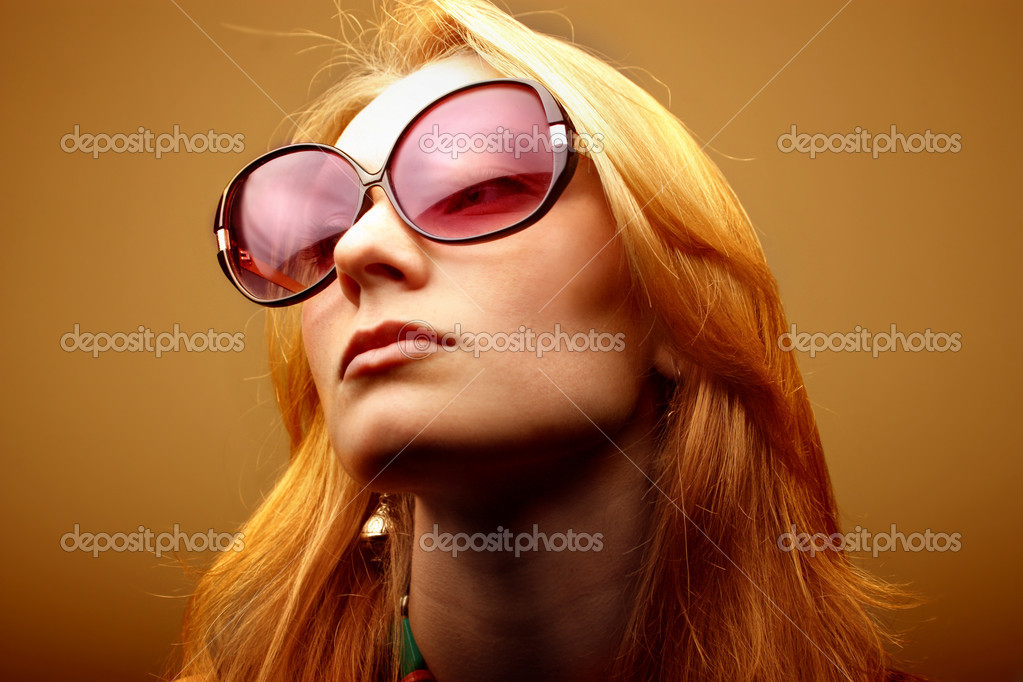 Beautiful woman wearing sunglasses — Stock fotografie #3195948