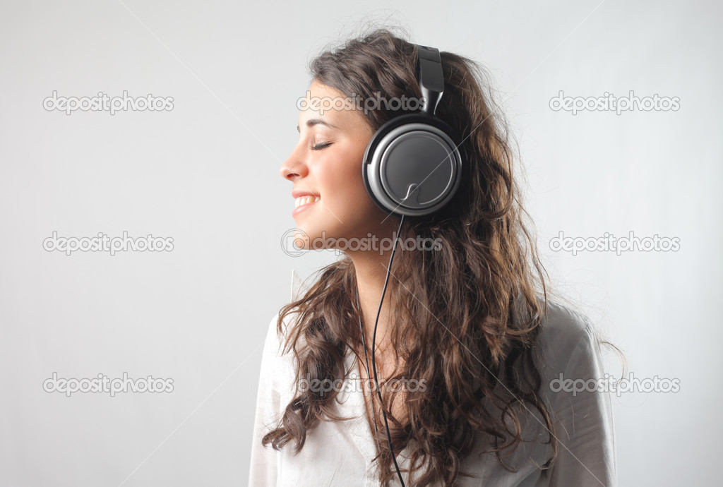 Smiling young woman listening to music — Stok fotoğraf #3197270