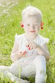 Menina com cerejas — Foto Stock