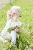 Meisje met kersen — Stockfoto