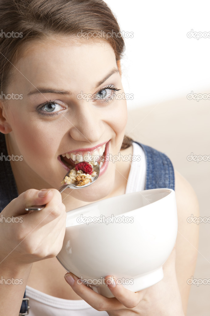 Portrait of woman eating cereals — Foto Stock #2798682