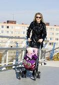 женщина с малышом на прогулке — Стоковое фото