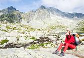 Woman backpacker at Five Spis Tarns, Vysoke Tatry (High Tatras), — Stock Photo