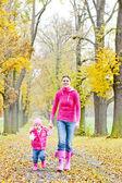 мать с дочерью в осенняя аллея — Стоковое фото