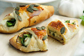 Puff pockets filled with spinach and cheese — 图库照片