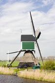 Molino de viento cerca de groot-ammers, países bajos — Foto de Stock