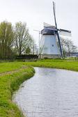 Moulin à vent près d'aldtsjerk — Photo