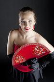 Porträt einer ballett-tänzerin hält ein fan — Stockfoto