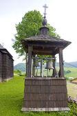 Ahşap kilise ve çan kulesi, leluchow, polonya — Stok fotoğraf