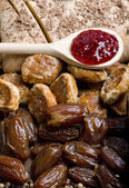 Dried fruit with gingerbread and jam — Stock Photo