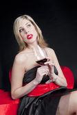 Vrouw met rode wijn — Stockfoto