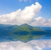 Landskap med berg och moln — Stockfoto
