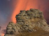 Roca de la montaña en el fondo del atardecer — Foto de Stock
