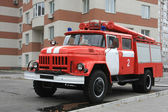 Fire engine near modern house — Stock Photo