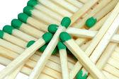 Les allumettes en bois avec les têtes vertes — Photo