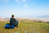 Hiker sitter på sluttningen — Stockfoto