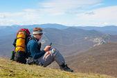 Alpinista usando dispositivo móvel — Foto Stock